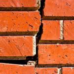 Verticale scheuren in stenen gevel herstellen